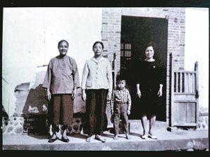 王浩一珍藏的老照片,左一是他的外婆。 ◎王浩一/圖片提供