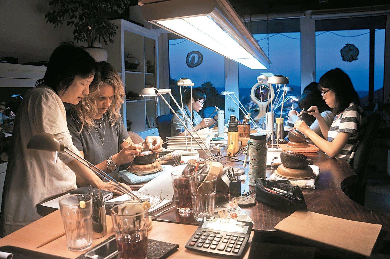 朝陽科大視覺傳達設計系學生赴德國實習金工,增強實務能力。 圖/朝陽科大提供