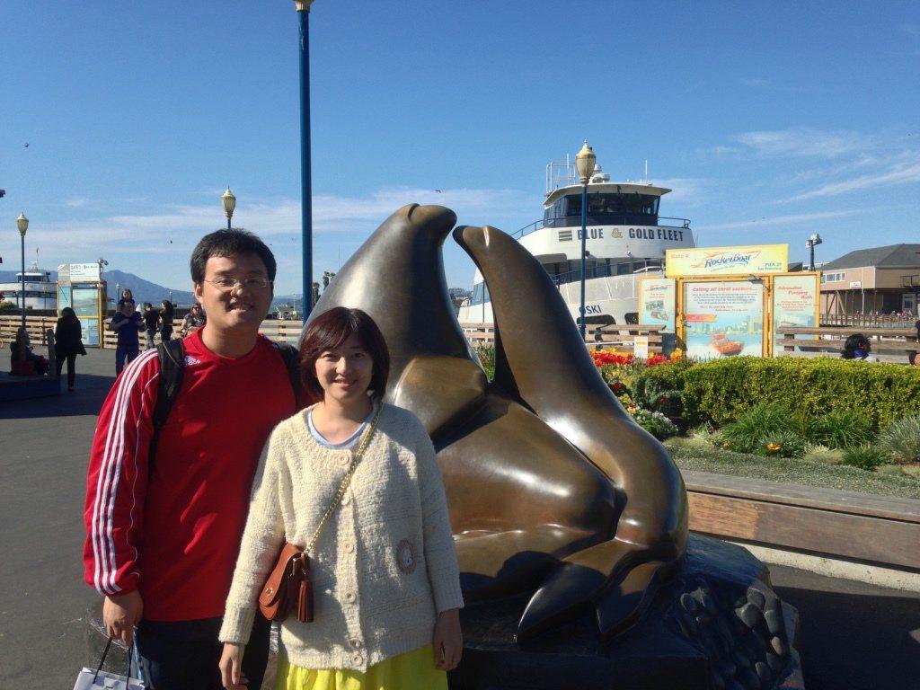 黃皇嘉(左)年輕時因排斥拍照,難得有跟太太的合照。 記者楊正海/翻攝