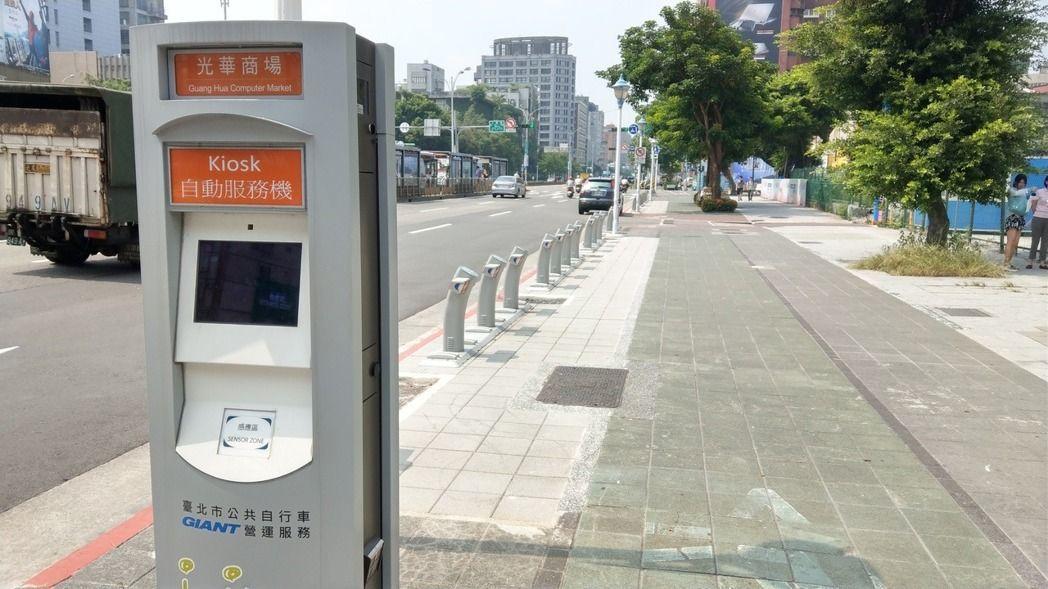 台北市YouBike站,車架曾被人嫌像墓碑。 記者楊正海/攝影