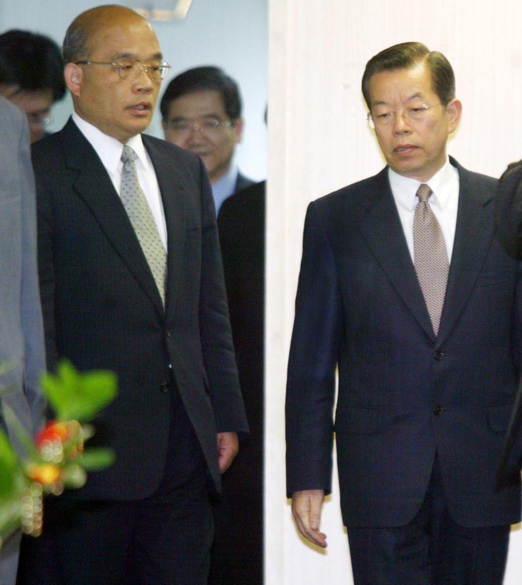 謝長廷(右)卸任閣揆,交棒給蘇貞昌(左)時,以一首名為「落葉」的歌詞做寫照。 報...