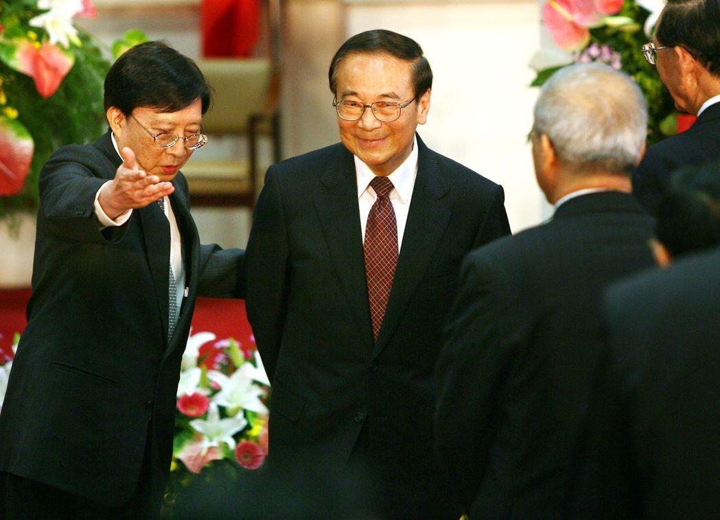 當年劉兆玄(左)接掌政院時,陪著卸任院長張俊雄(右)步出行政院。 報系資料照
