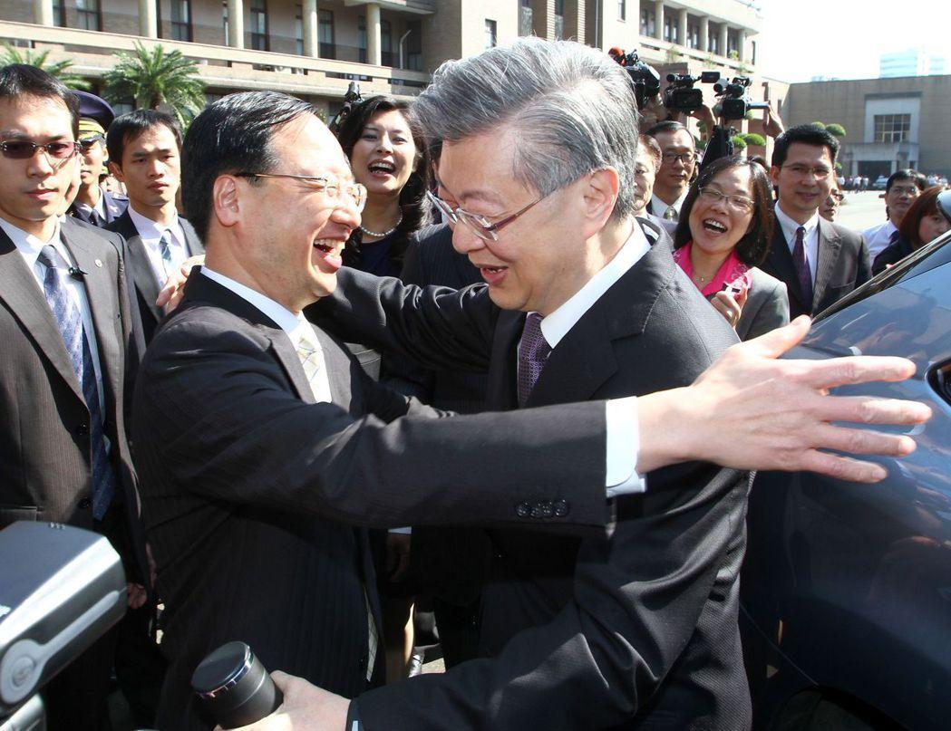 江宜樺(左)接掌行政院,在送陳冲離開行政院時,特別向陳冲要求一個擁抱。 報系資料...