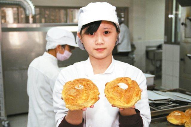 弘光科大「紅師父烘焙食品實習工廠」販售的麵包很搶手,其中比手掌還大的「大泡芙」是熱銷品。