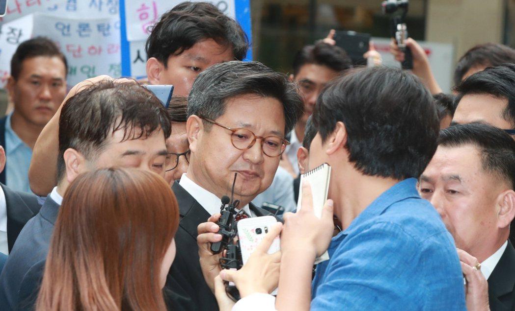 神隱多日的金社長,迫於面臨拘捕的壓力,在MBC展開罷工第1天時,終於現身地檢署。...