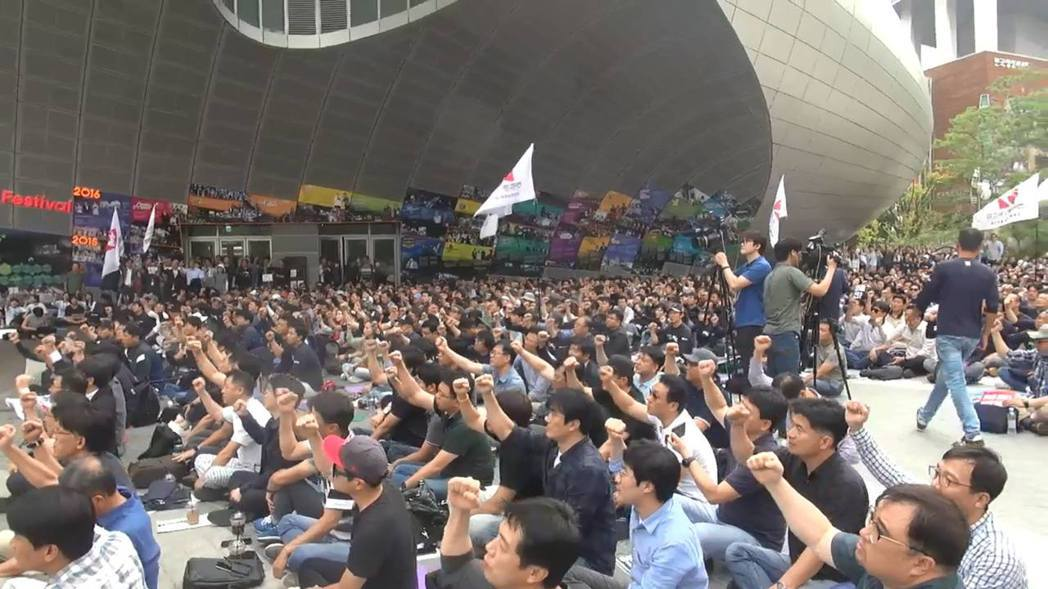 全國各地的MBC員工,在9月4日集結在首爾總部,展開第1天的罷工抗爭。 攝影...