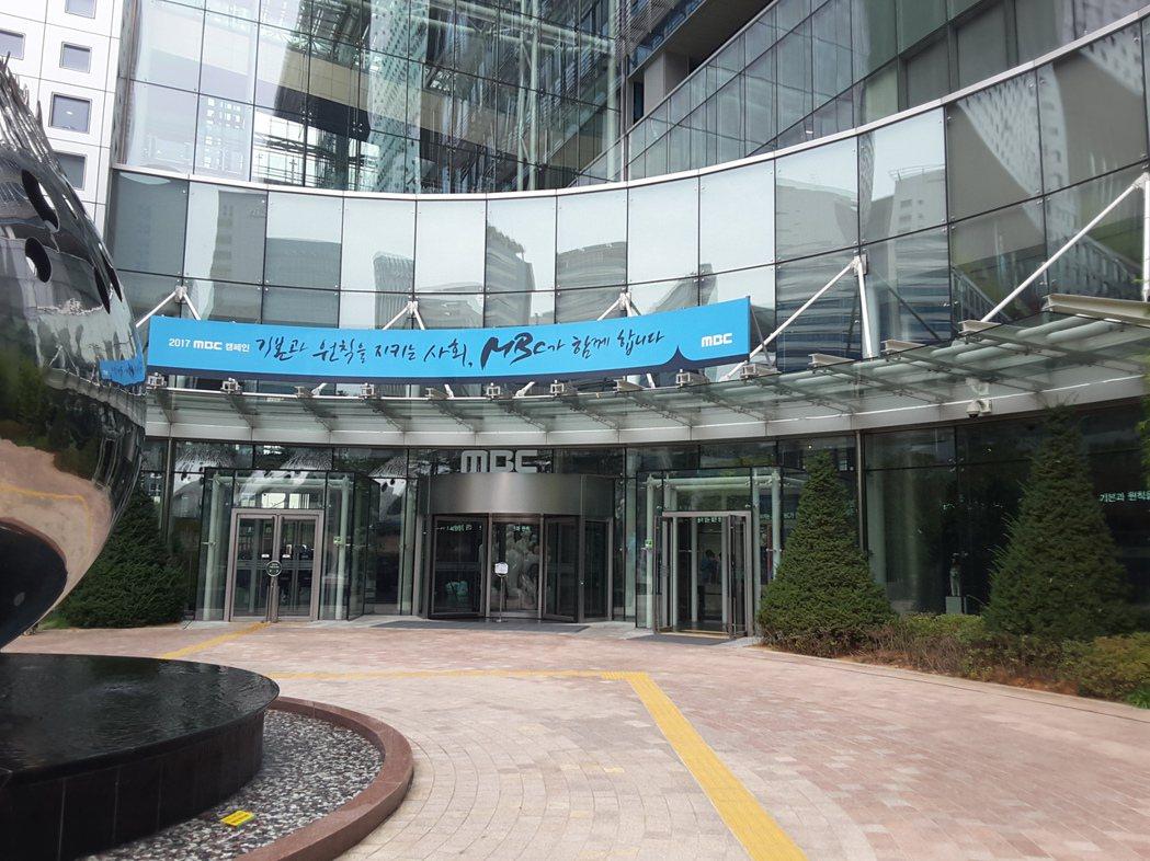 工會啟動「罷工模式」後,MBC電視台正門前,顯得冷清許多。 攝影/楊虔豪