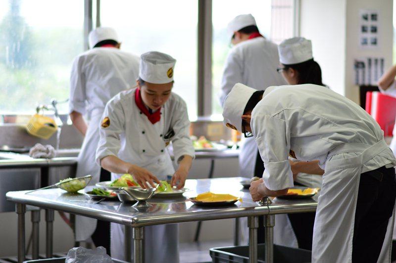 台灣觀光學院今年除了廚藝系35人外,其餘因招生不佳,128名新生還沒開學就面臨「被轉學」。 圖/取自台灣觀光學院