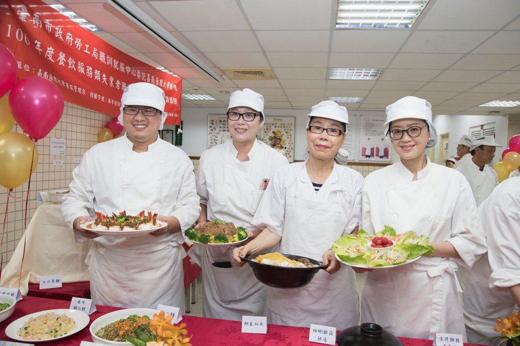 學員們歡喜展示廚藝成果。 嘉藥/提供