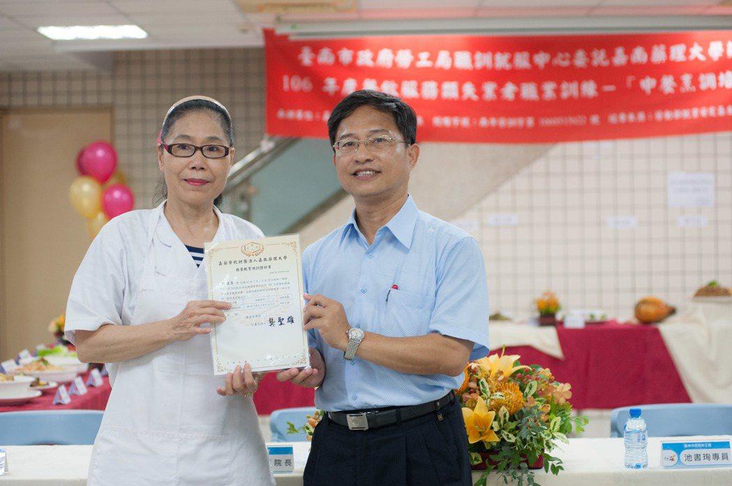 嘉藥民生學院長王瑞顯(右)頒贈結訓證書,由班長殷琪萍代表接受。 嘉藥/提供
