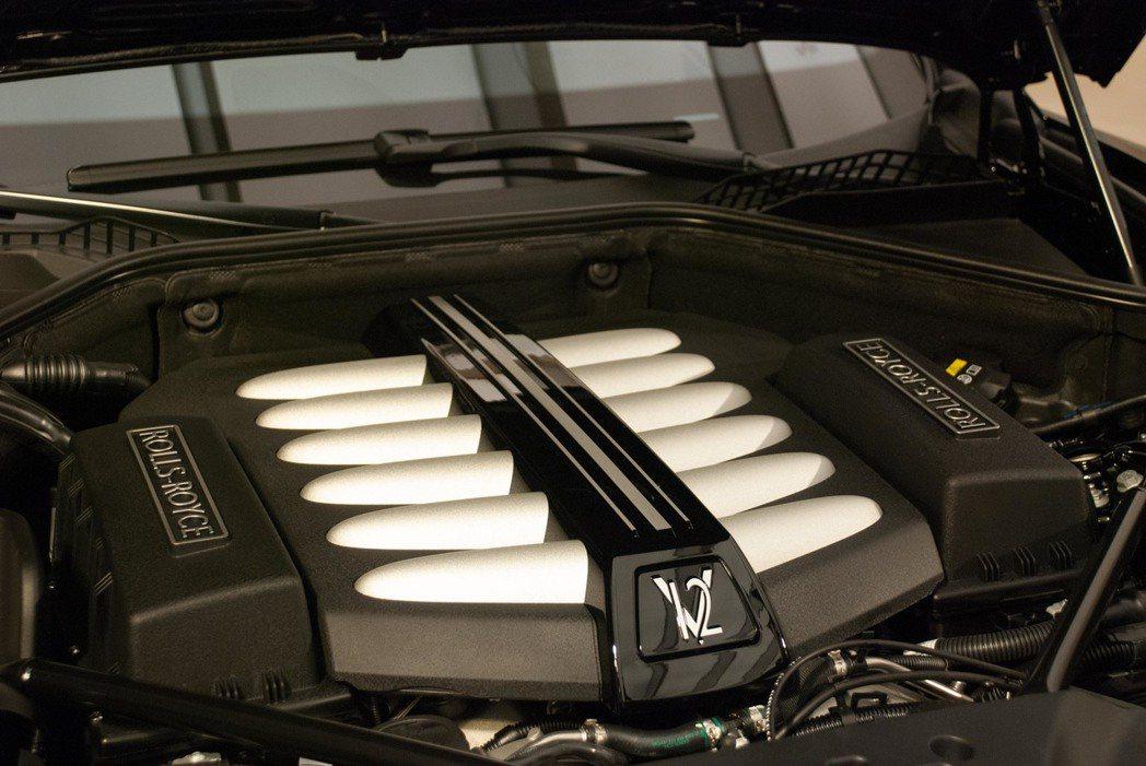 6.6升 V12雙渦輪增壓汽油引擎,經過調教扭力提升70Nm,來到870Nm。記...