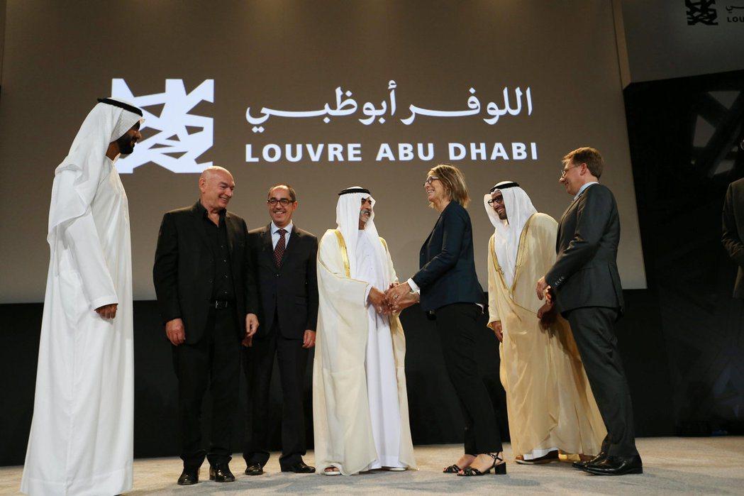 阿聯文化部長穆巴拉克(中)9月6日宣布阿布達比羅浮宮將於11月11日揭幕。 ...