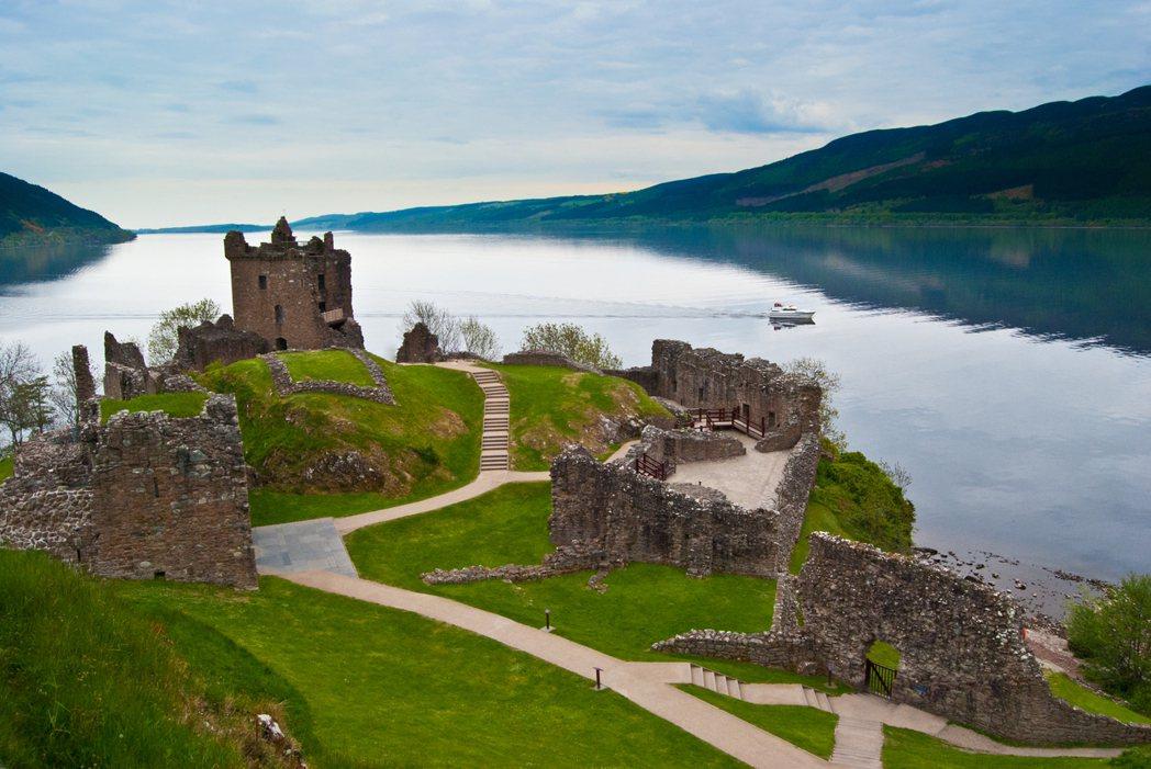 蘇格蘭尼斯湖的著名的厄克特城堡一景。圖/ingimage