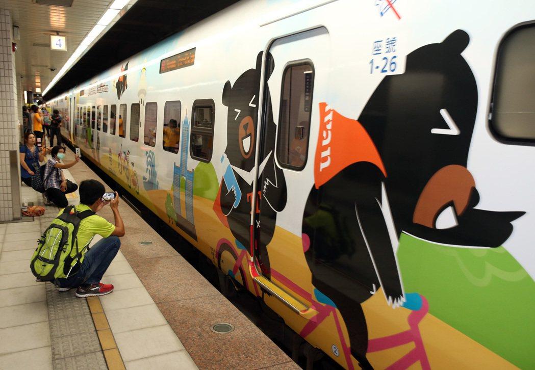 喔熊彩繪列車,今年首次躍上普悠瑪號,昨天舉行首航儀式,「喔熊騎喚列車」開始在鐵道...