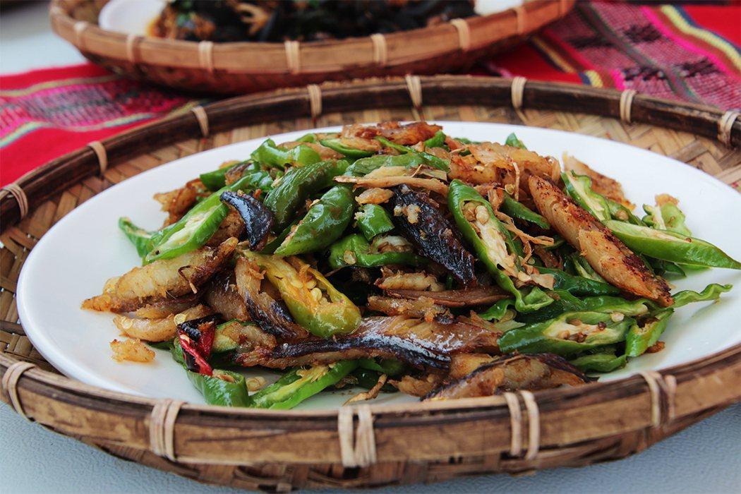 東岳部落的風味餐,有山珍也有海味。