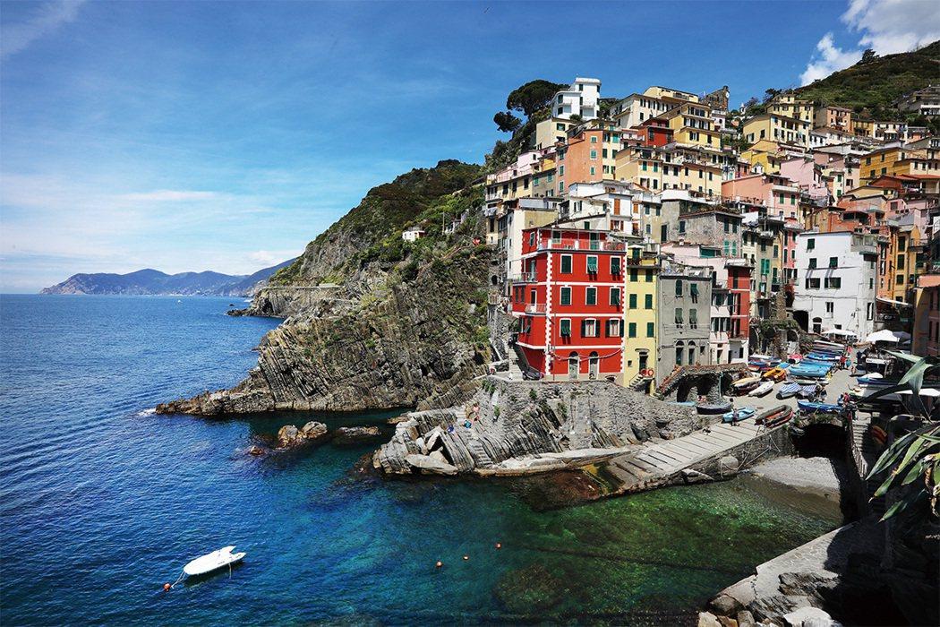 Riomaggiore陡峭的地勢、清澈湛藍的海水搭配彩色方塊小房子,一整個充滿地...