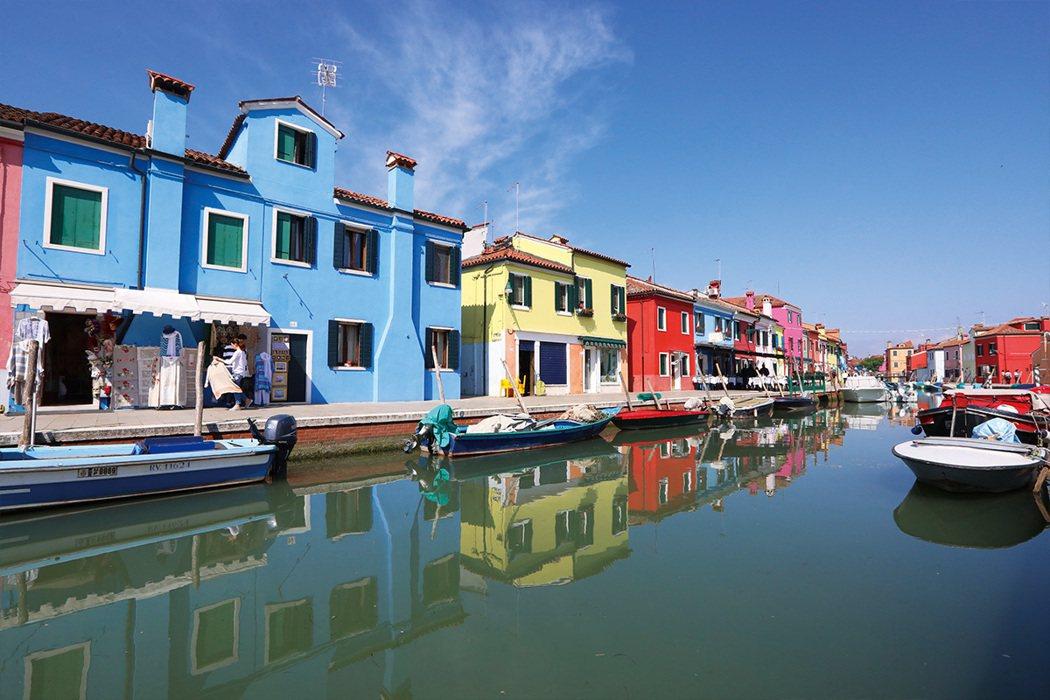 布拉諾是威尼斯的離島,水道兩旁的彩色房子是招牌景點,建議購買24Hr威尼斯船票比...