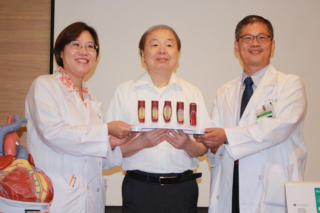 患者吳先生(中)與亞東醫院心臟血管內科主治醫師劉芫宏(右)合影。記者林麒瑋/攝影