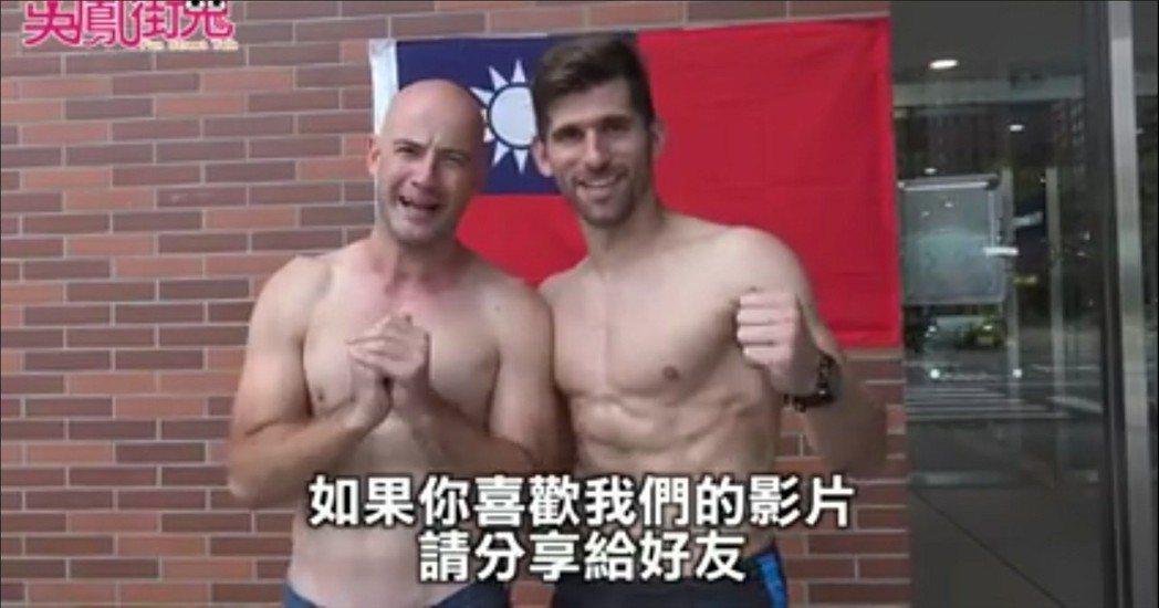 吳鳳跟世大運選手露胸肌。圖/摘自臉書