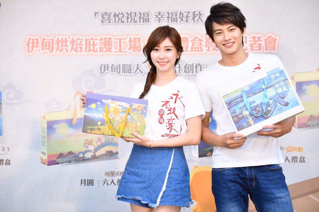 張庭瑚(右)、張景嵐擔任伊甸公益大使促銷月餅。圖/伊甸基金會提供