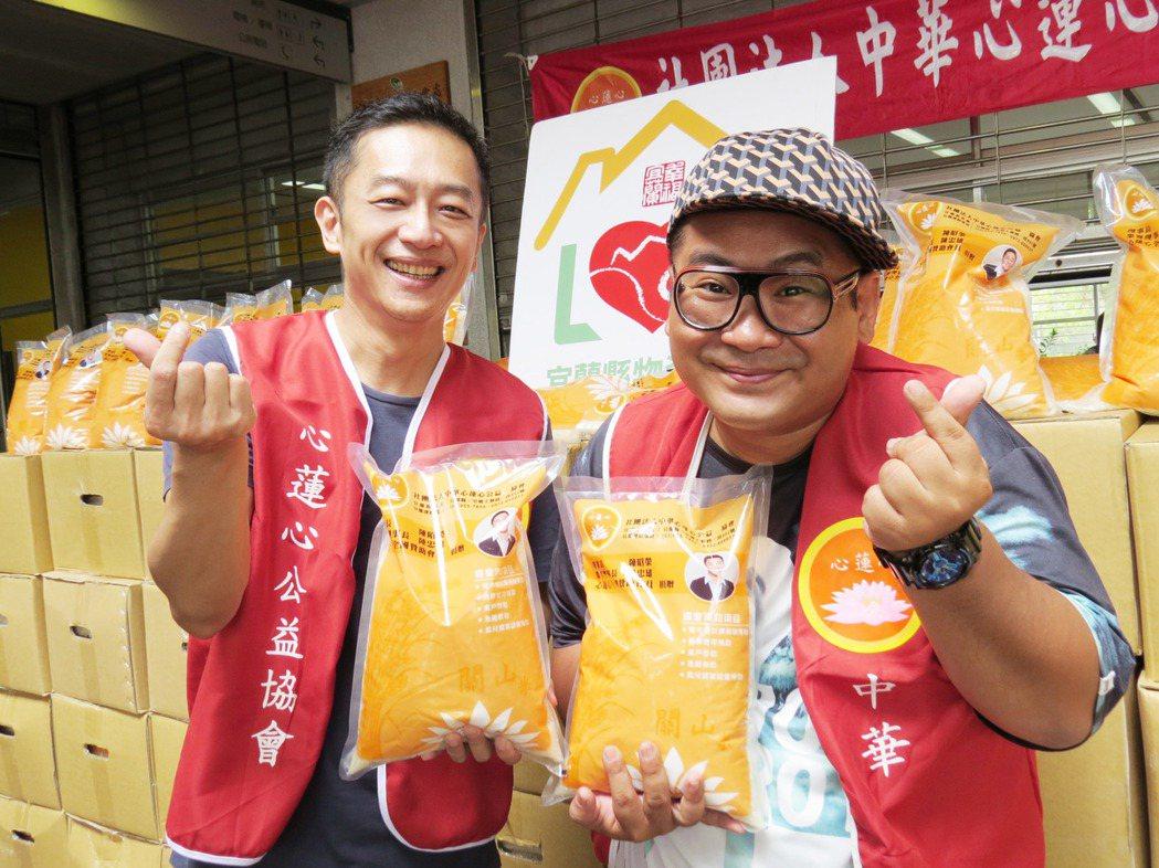 陳昭榮(左)與爆爆捐白米做公益  圖/阿榮嚴選提供