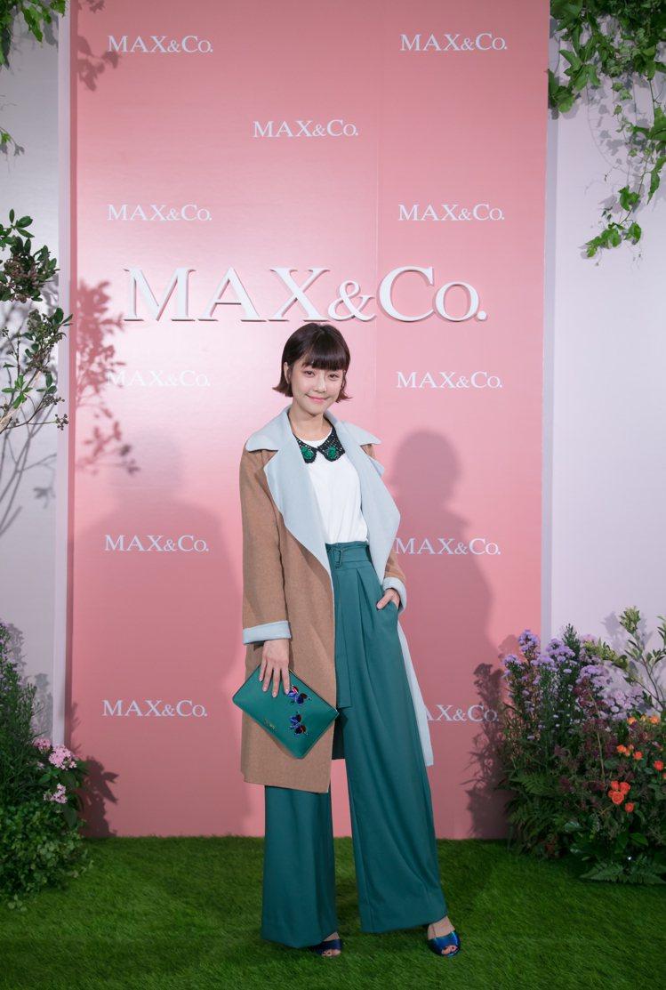 謝欣穎喜愛MAX&Co.的翠綠色寬褲13,800元、雙面綁帶大衣38,800元。...