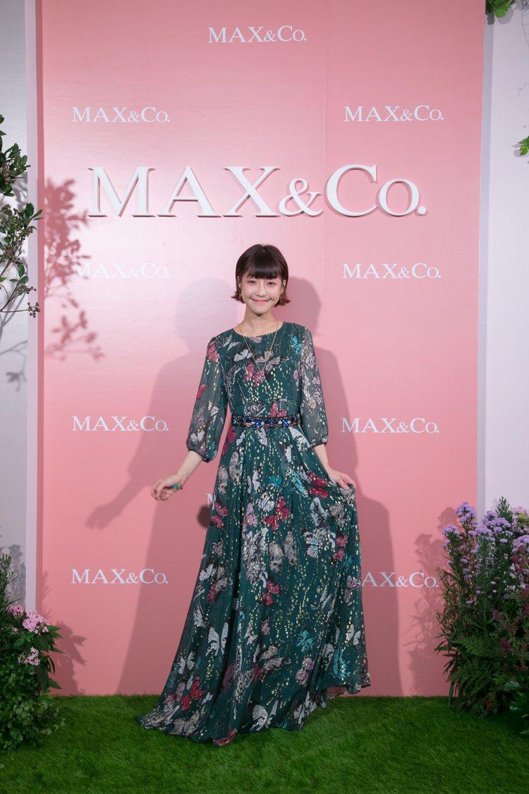 謝欣穎表示鳳蝶印花金銀絲線長洋裝是她的新嘗試,售價32,800元。圖/MAX&C...