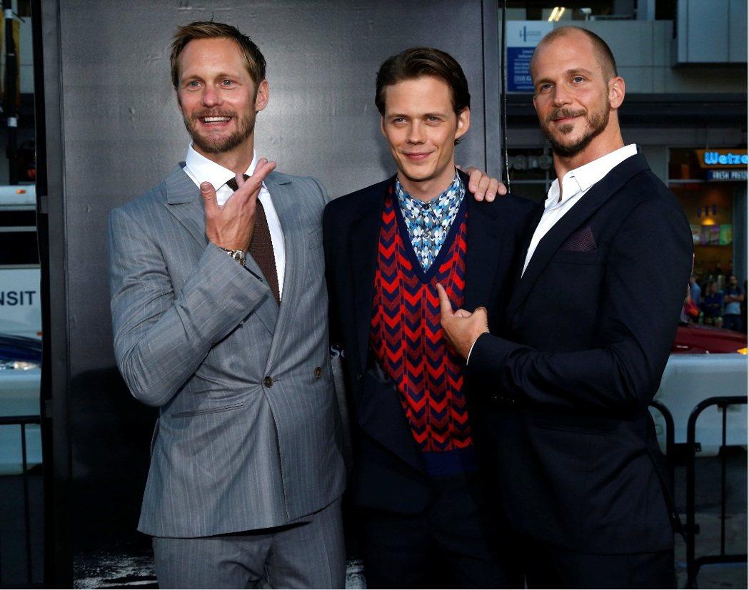亞歷山大史卡斯加(左)與2弟古斯塔夫(右)出席「牠」首映,為4弟比爾(中)助陣。...