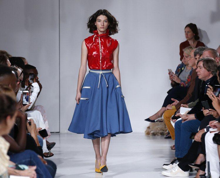 CALVIN KLEIN 2018春季服裝營造亮面都會質感。圖/美聯社