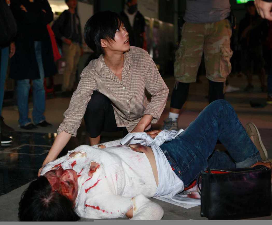 孟耿如「麻醉風暴2」拍攝搶救傷患戲份。圖/公視提供
