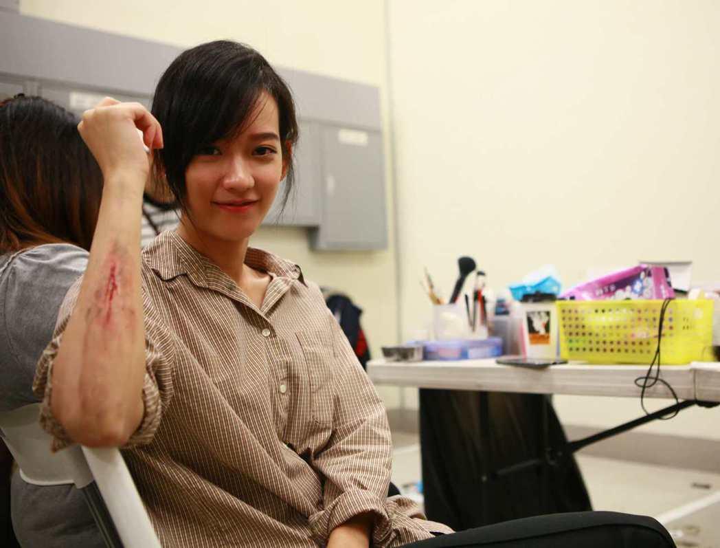 孟耿如「麻醉風暴2」拍攝搶救傷患戲份,身上也有擬真傷妝。圖/公視提供