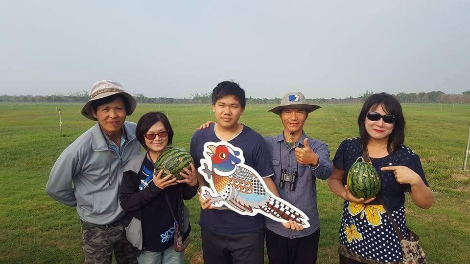 黃蜀婷(右)因拍鳥類生態,今年初投身台南沙崙農場守護環頸雉,在網路號召各地鳥友捐...