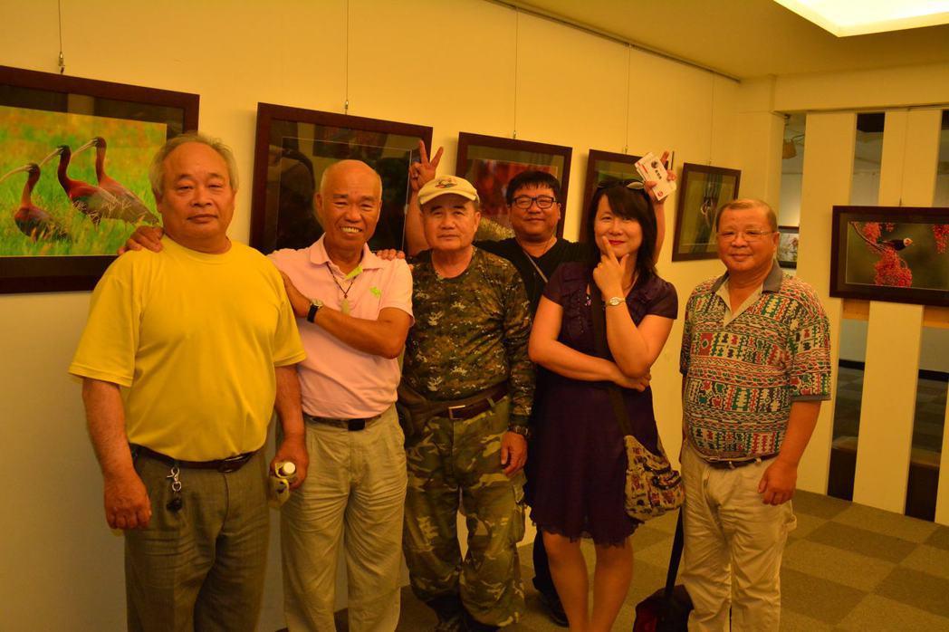 黃蜀婷(右二)現在是拍鳥俱樂部社群負責人,因積極認真,串聯起各地拍鳥人成為守護生...