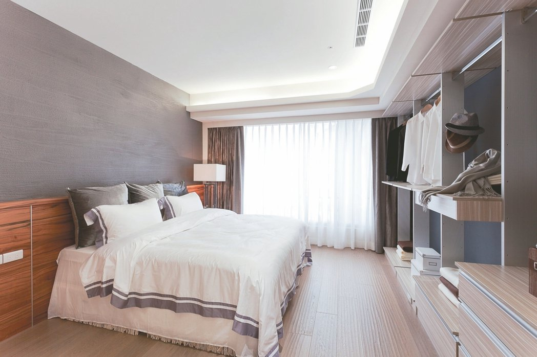 臥室天花板高度不要太低,以免造成睡眠中的壓迫感。 永慶居家/提供