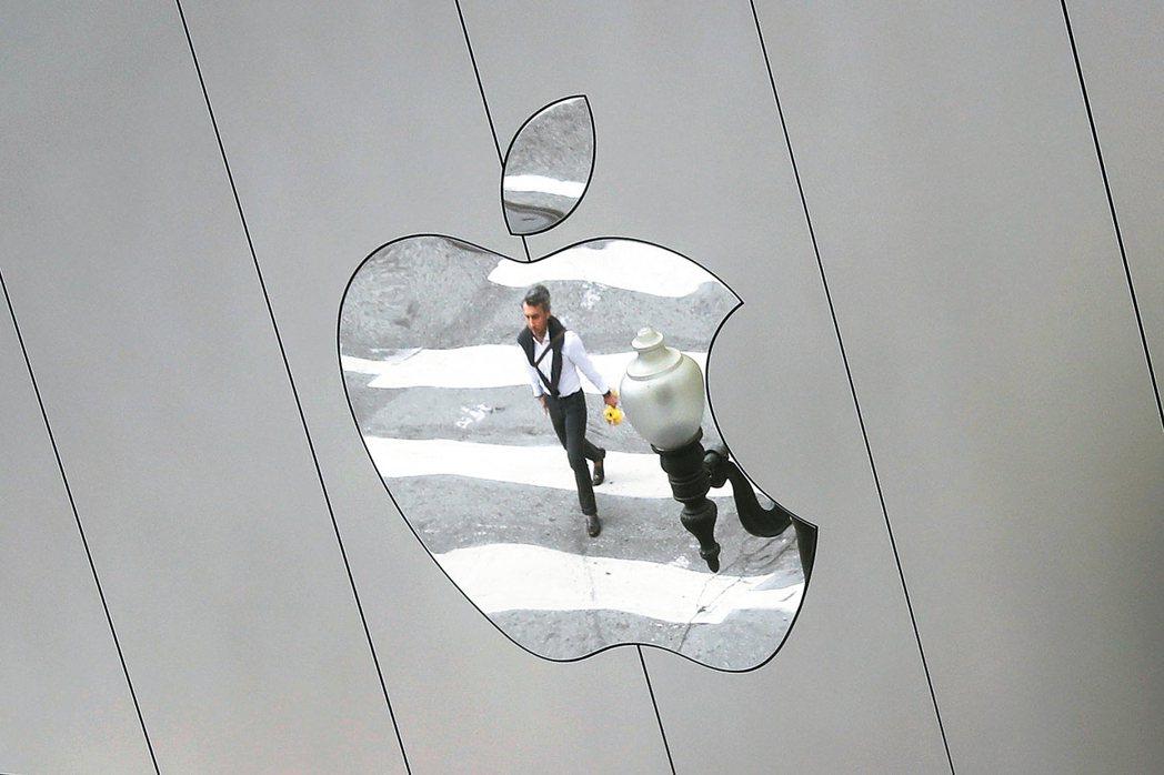 華爾街日報報導,蘋果準備明年製作原創影集。圖為舊金山蘋果專賣店的招牌倒映的行人。...