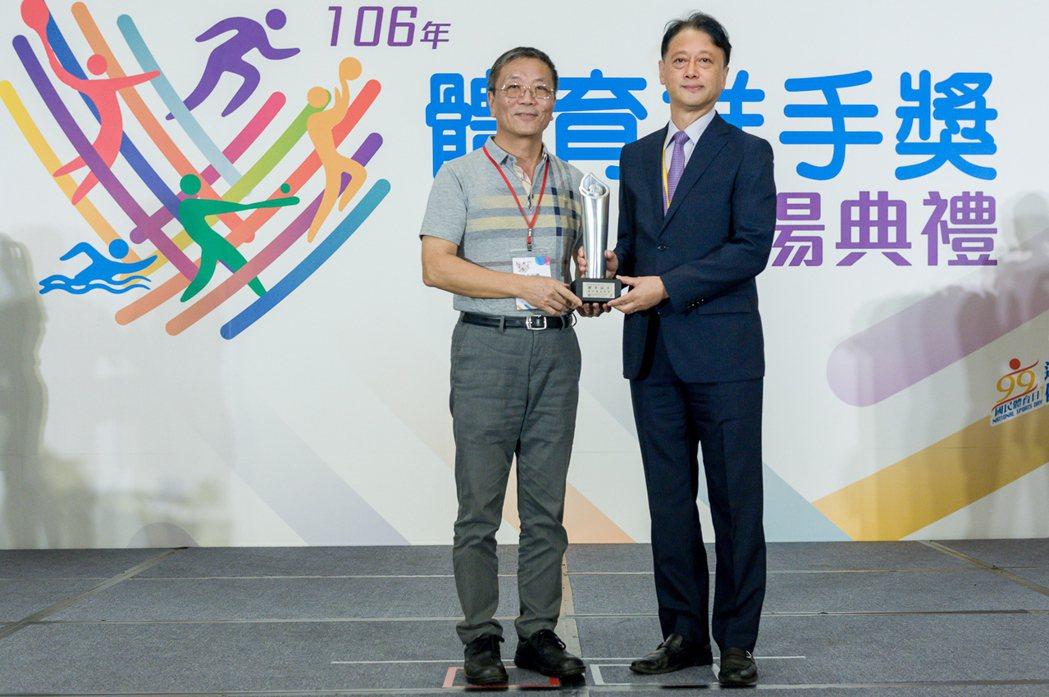 體育署署長林德福(左)頒發「贊助類銀質獎」給台灣山葉機車總經理武田真二(右)。圖/台灣山葉機車提供