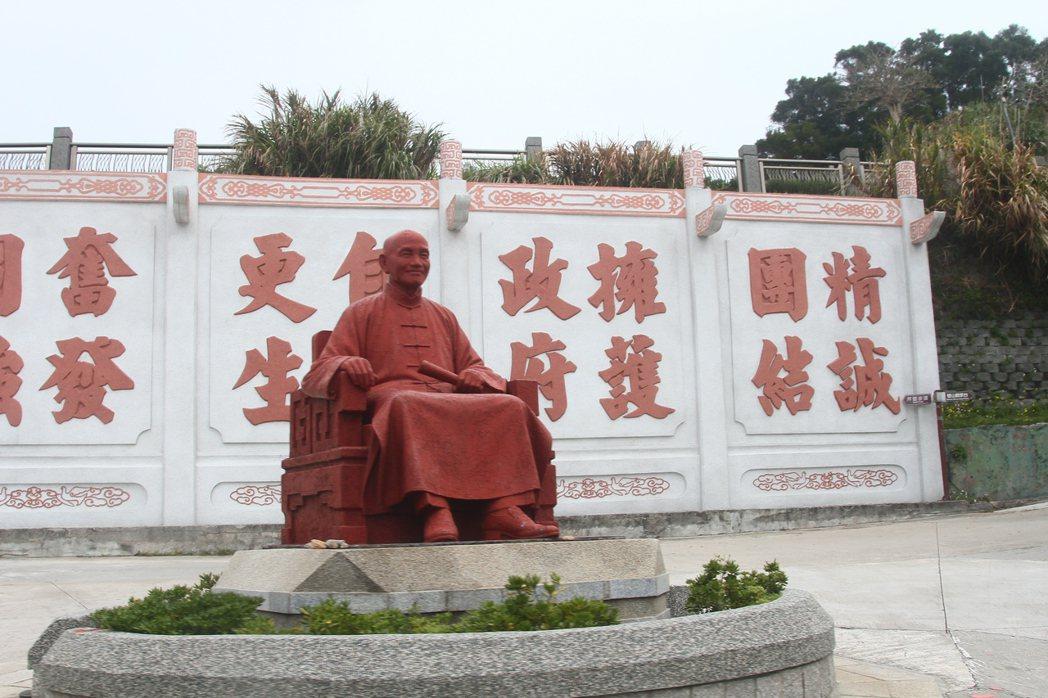 北竿上村圓環的紅色蔣公銅像,以白底紅字寫有「精誠團結」、「擁護政府」、「自力更生...