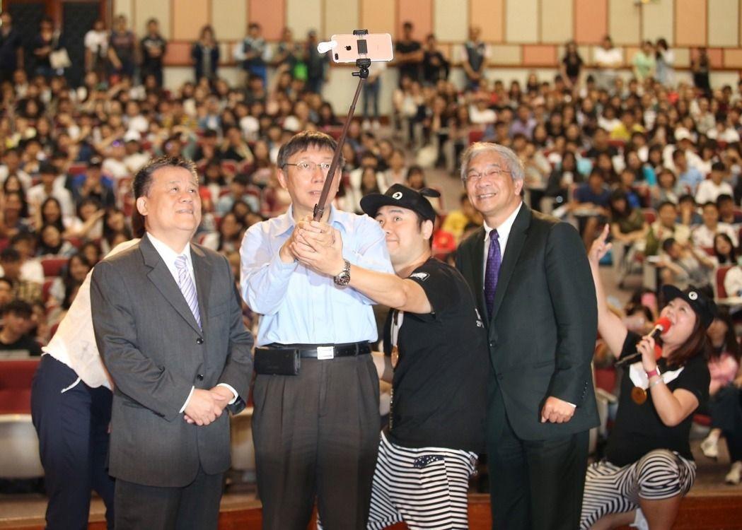 台北市長柯文哲(中)前往世新大學演講,輕鬆玩自拍。 記者高彬原/攝影