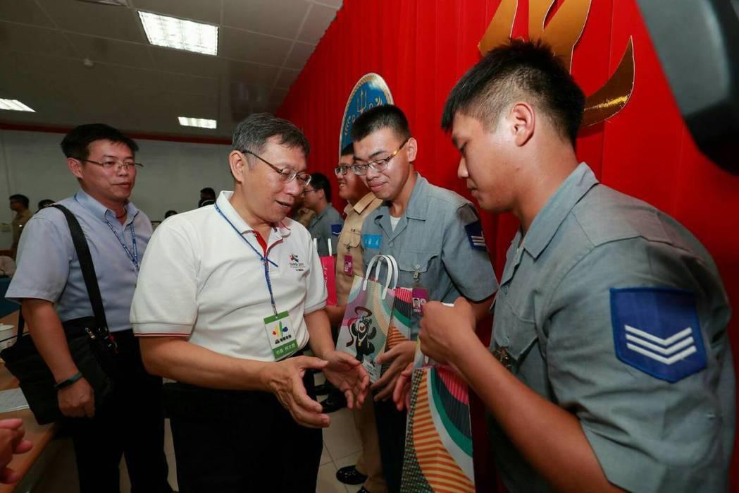 台北市長柯文哲(左二)至澎湖勞軍。 圖/北市府提供