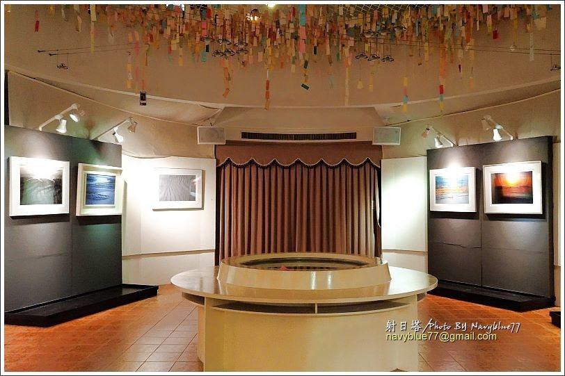 ↑搭電梯上到10樓,是一處圓形藝廊,布魯造訪當天展出攝影展。由旁邊走樓梯可以上到...