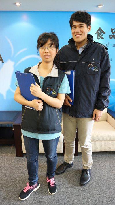 蔡岳橦(左)稽查常要進冷凍庫,但有業者不願提供防寒外套,食藥署特別採購防寒外套給...