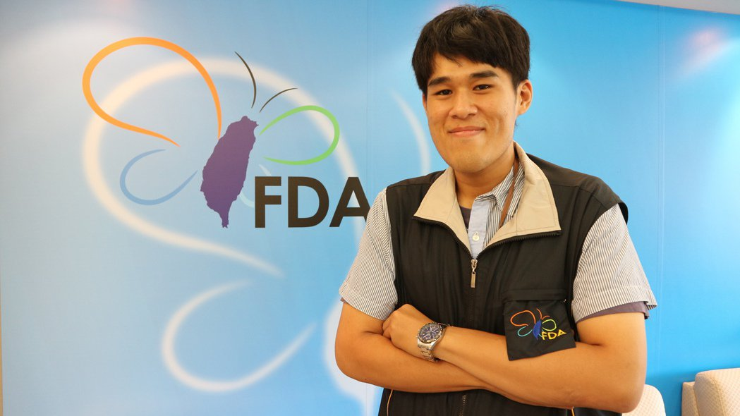 蔡岳橦放棄藥師一職,改投入食安稽查,他說一路走來很值得。 記者陳雨鑫/攝影