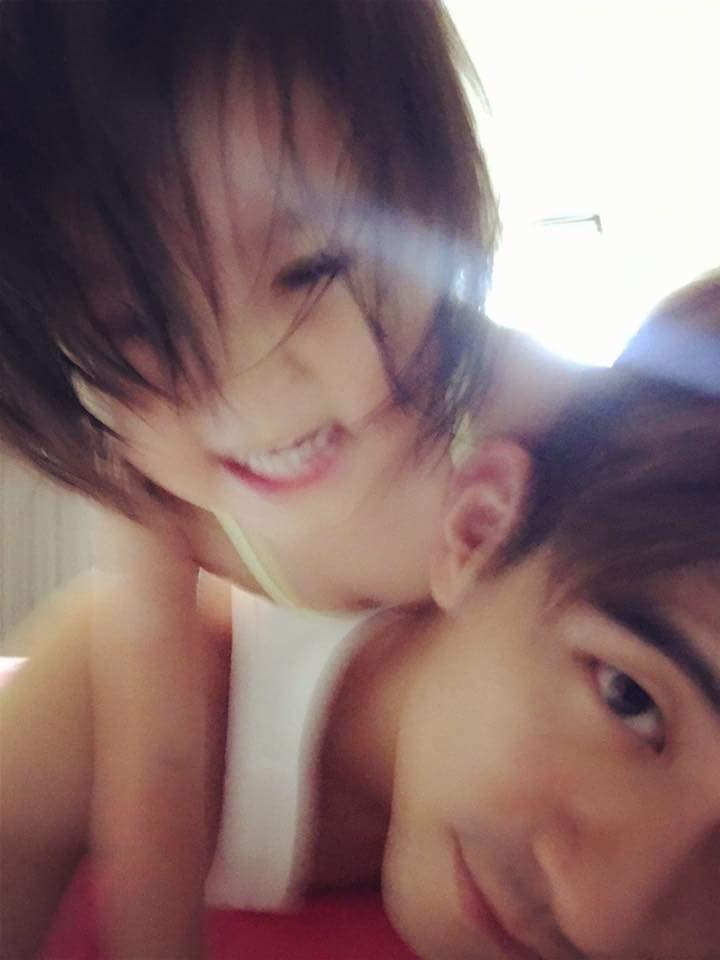 修杰楷(下)與女兒咘咘玩耍照曝光。圖/摘自臉書