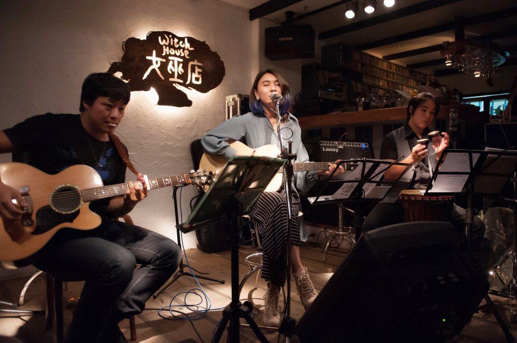 23歲民謠歌手李雨在台北女巫店演出。圖/發生音樂提供