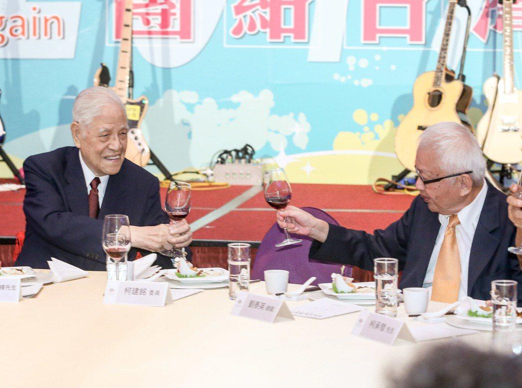 李登輝(左)與劉泰英(右)敬酒。記者鄭清元/攝影