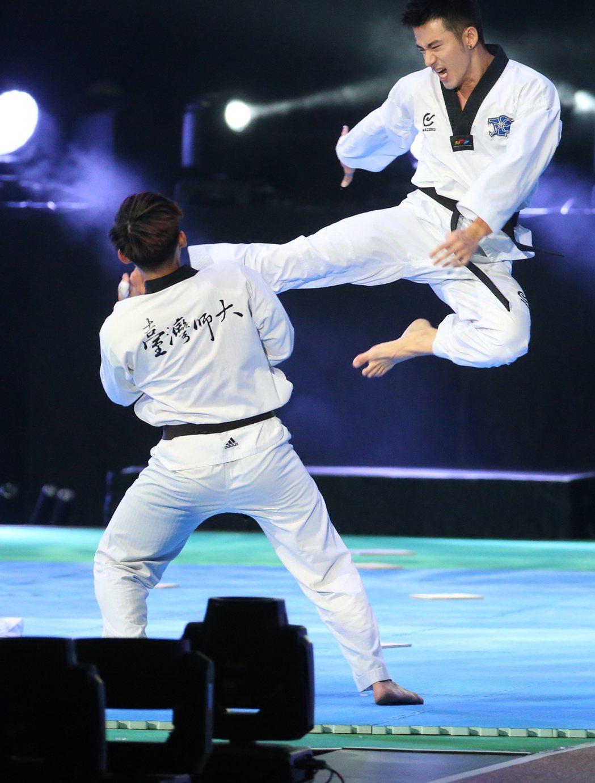 2017體育表演會,JR(右)帶來精彩跆拳道演出。記者陳立凱/攝影