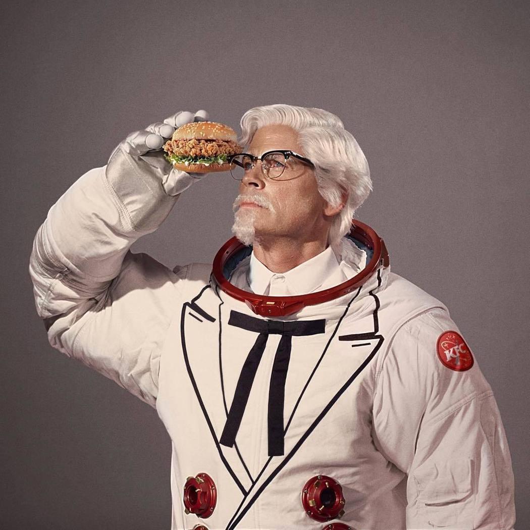 羅伯洛演的是上太空的「肯德基爺爺」。圖/摘自Instagram