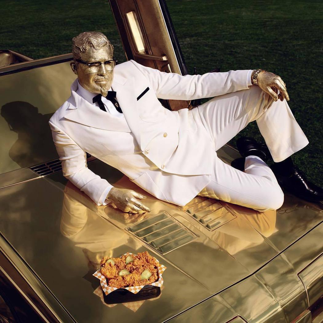 比利贊恩把臉塗成金色扮演「肯德基爺爺」。圖/摘自Instagram