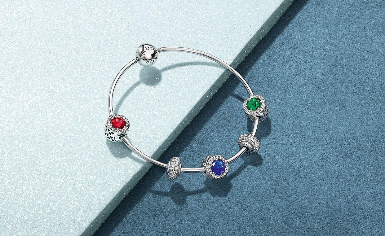 PANDORA以象徵冬日冷調優雅的藍色與耶誕節氛圍濃厚的紅、綠兩色打造立方、圓形...