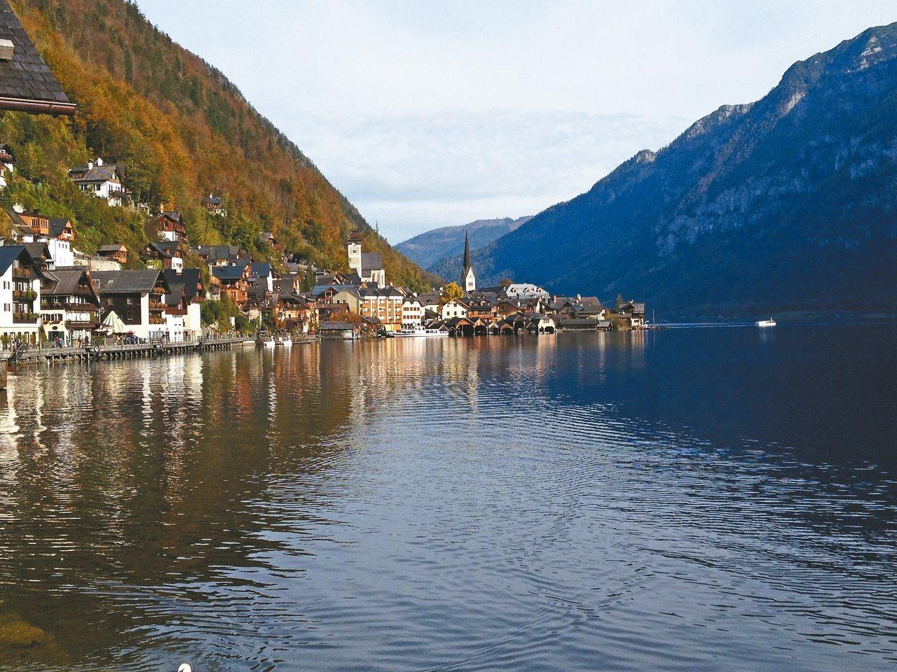 世界文化遺產哈修塔特,是位於奧地利中部鹽湖區的小鎮,屹立在湖畔的尖塔教堂是小鎮的...